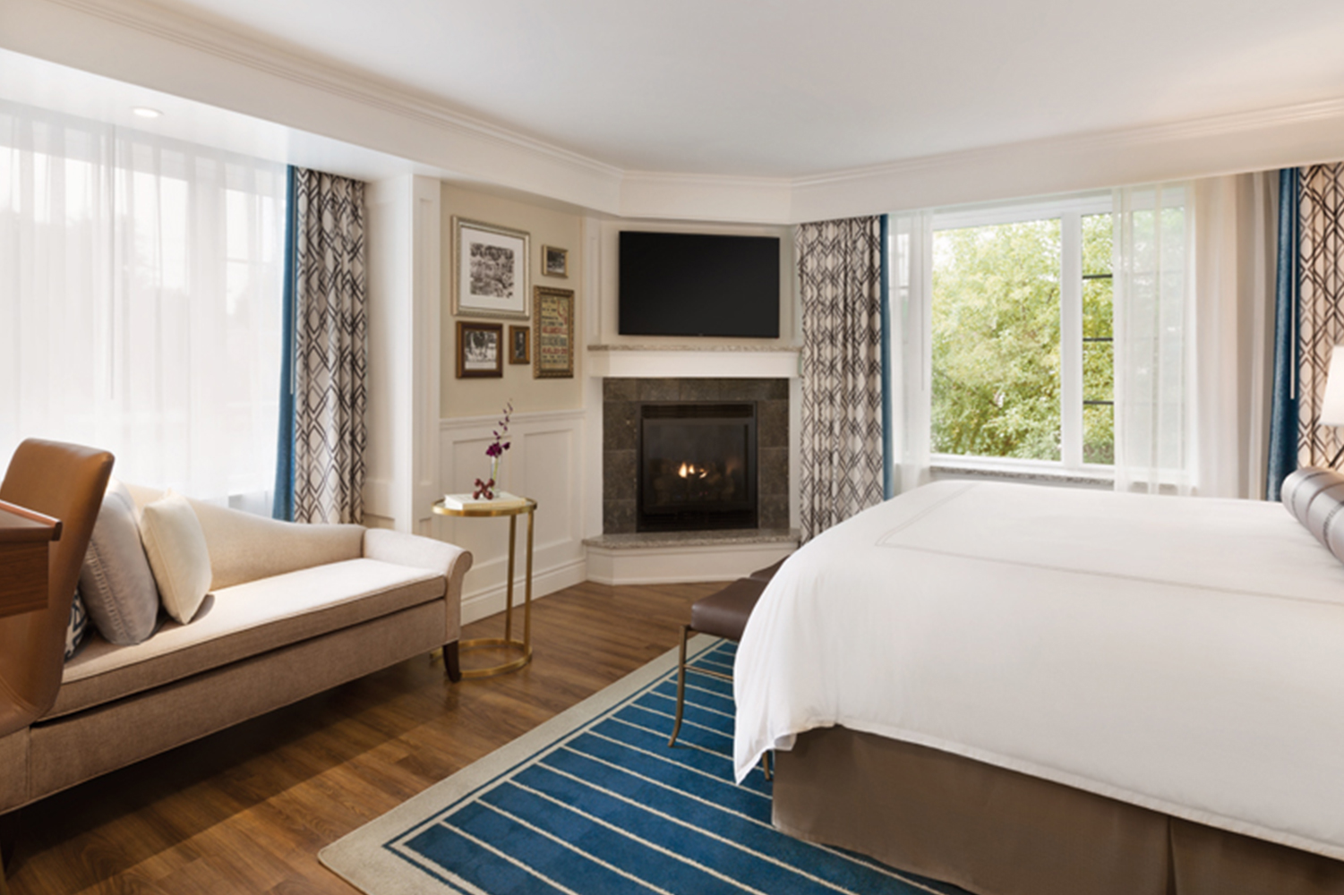 Guest room with fireplace at Reikart House